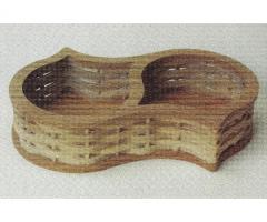 Koszyczek wyrzynany z drewna na orzeszki